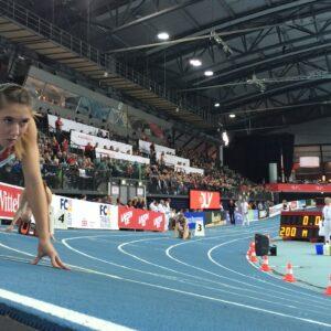 Die Sprinterin Rebekka Haase wartet bei der Deutschen Leichtathletik Hallenmeisterschaft 2016 auf den Startschuss zum 200-Meter-Lauf. Sie blickt konzentriert nach vorn, während sie im Startblock steht, Foto: Florian Eib.