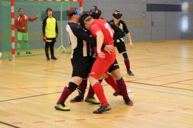 Zwei Blindenfußballer laufen aufeinander zu, Foto: HörMal Audiodeskription.