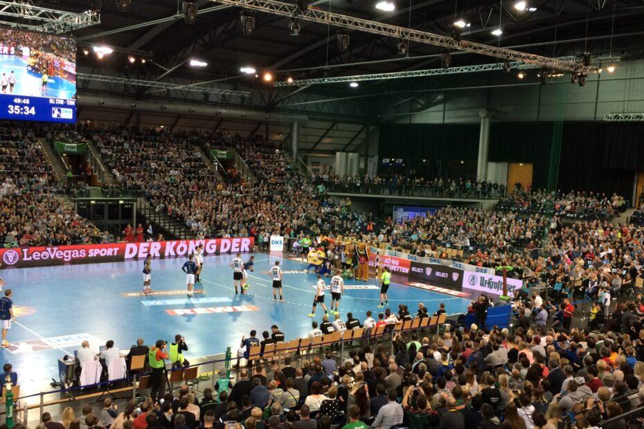 Aufnahme des All Star Game 2018 in der Arena Leipzig. Auf dem Handballfeld wirft ein Spieler einen Siebenmeter. Das Tor wird dabei von allen Maskottchen der Handball-Bundesligisten abgedeckt, Foto: Florian Eib.