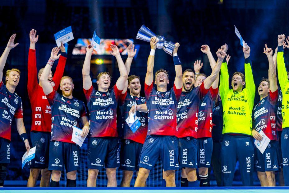 Die Handballer der SG Flensburg-Handewitt reißen jubelnd den großen Pokal des Pixum Super Cup in die Höhe, Foto: Sascha Klahn.