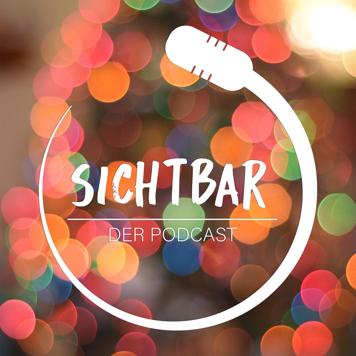 """Cover von SICHTBAR – Der Podcast: Das Logo des Podcasts ist in weiß gefärbt. Es prankt auf einer Fläche aus unzähligen leuchtend bunten und leicht transparenten Kugeln.  Die Kugeln sind in orange, grün, rot, und blau gefärbt. Das Bild wirkt durch die Farben lebendig und frisch. Das Logo hebt sich deutlich von dieser Fläche ab. Um die Wörter """"Sichtbar"""" und darunter unter einem weißen Strich """"Der Podcast"""" ist fast zu einem gesamten Kreis ein stilisiertes Mikrofon abgebildet. Der Schaft des Mikrofons führt dabei kreisförmig und an einem Ende zuspitzend um die Schrift herum. Am anderen Ende ist der Mikrofonkorb durch eine breitere abgerundete Fläche mit kleinen Einbuchtungen angedeutet, Grafik: Tomke Koop. Bildrechte: HörMal Audiodeskription 2020."""