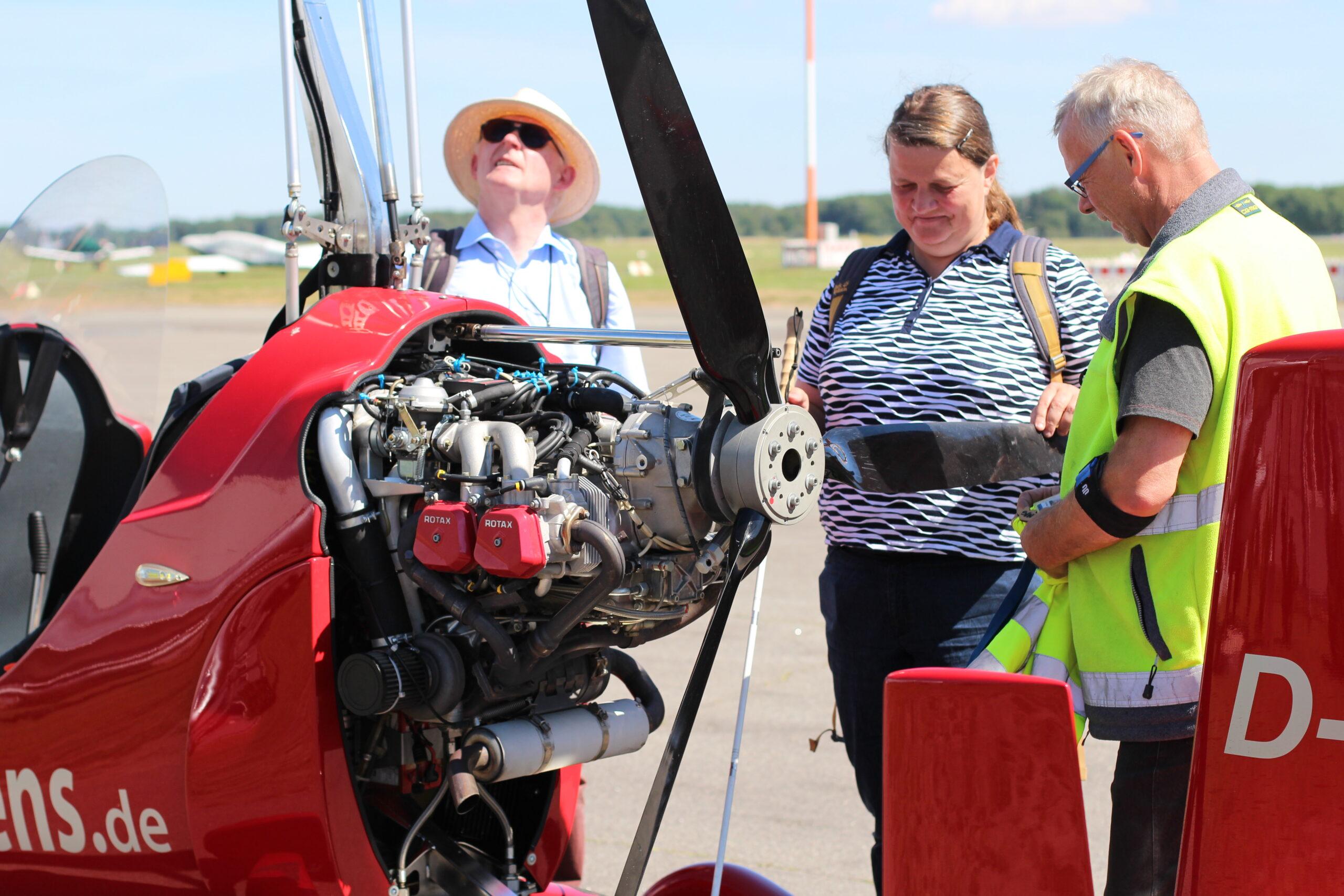 Blindenfliegen am Flughafen Lübeck: Pilot Bernd Koop mit seinen Fluggästen