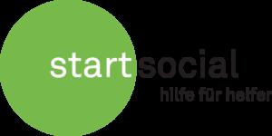 """Das Logo von startsocial: Links ein grüner Kreis mit dem Wort """"Start"""" in weißer Schrift über die Hälfte des Kreises. Daneben schließt sich in schwarzer Schrift auf weißem Grund der zweite Teil """"social"""" an. Rechts im Bild in der unteren Hälfte steht in schwarzer Schrift: """"Hilfe für Helfer"""", Copyright: startsocial e. V."""