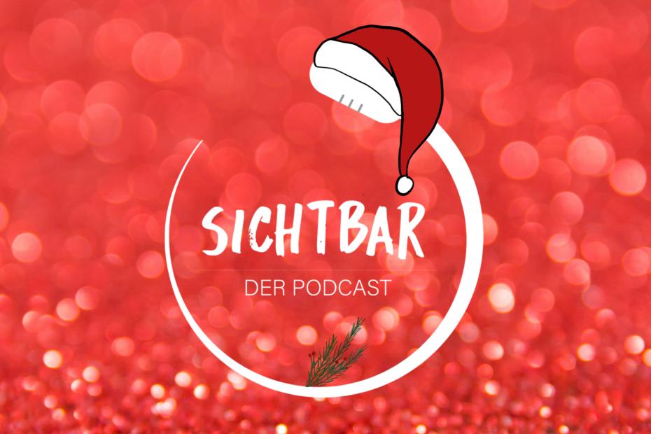 """Audio-Adventskalender 2020: Das Banner von SICHTBAR – Der Podcast ist ein Rechteck. In der Mitte des Rechtecks befindet sich vor einem roten Hintergrund ein weißes, kreisförmiges Mikrofon. Im Mikrofon befindet sich der Schriftzug """"SICHTBAR DER PODCAST"""" in weißer Farbe. Über dem Kopf des geschwungenen Mikrofons im Logo hängt eine Weihnachtsmütze und unter dem Schriftzug """"SICHTBAR Der Podcast"""" ist ein grüner Tannenzweig."""