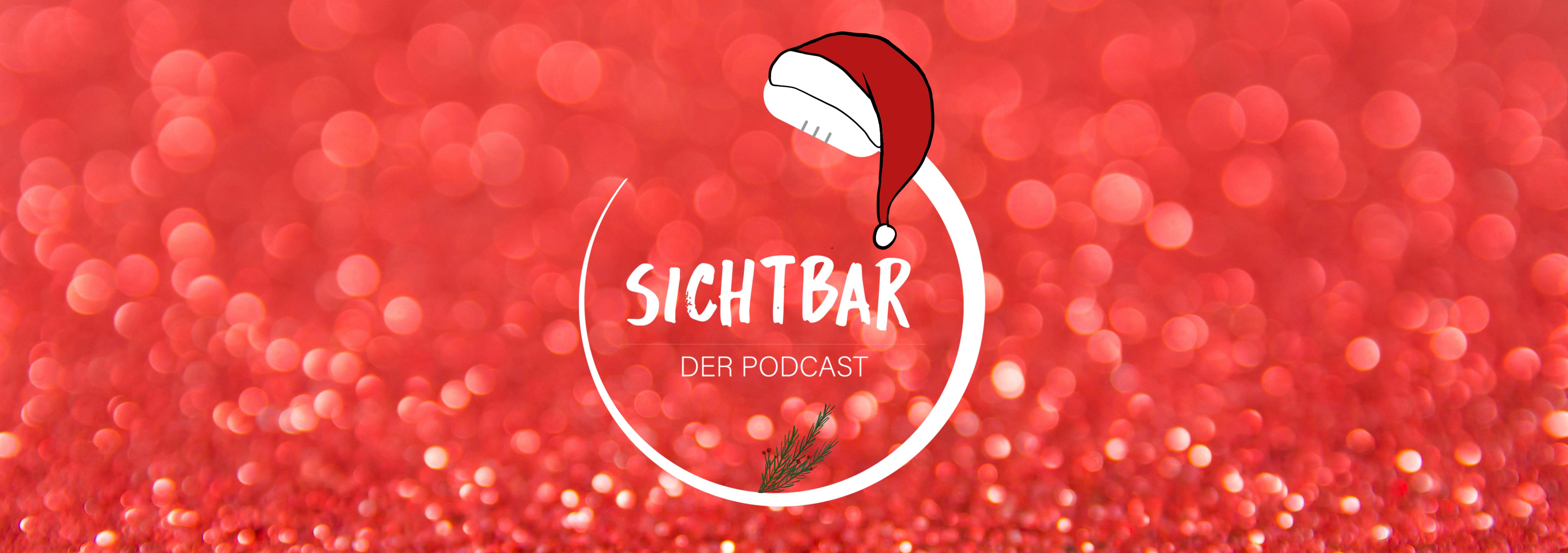 """Das Banner von SICHTBAR – Der Podcast ist mit runter Untergrundfarbe gestaltet. In der Mitte befindet sich das Logo von SICHTBAR in weißer Farbe. Über dem Kopf des geschwungenen Mikrofons im Logo hängt eine Weihnachtsmütze und unter dem Schrift """"SICHTBAR Der Podcast"""" ist ein grüner Tannenzweig."""