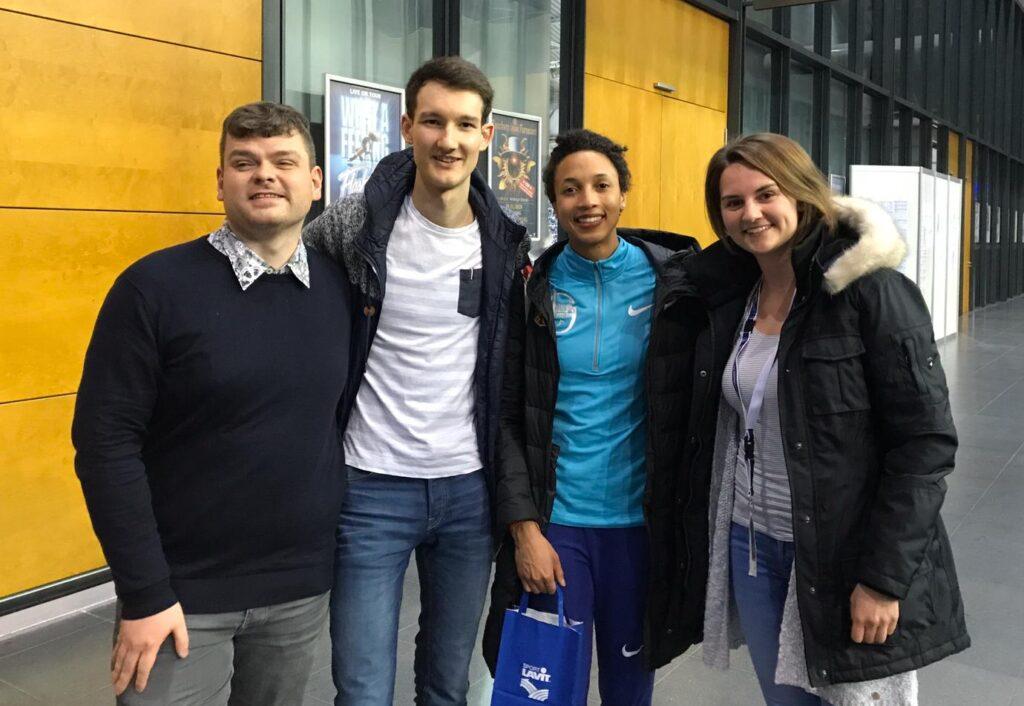 Ein Gruppenfoto mit Manuel Beck, Malaika Mihambo, Florian Eib und Tomke Koop von HörMal Audiodeskription.